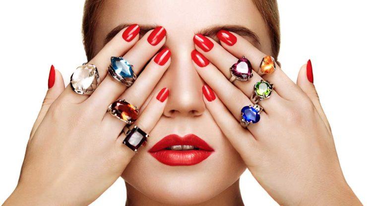 Portrait d'une fille avec des bijoux